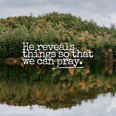 Dua edebilmemiz için bazı şeyleri ifşa ediyor.